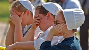 Amish-women-mourn